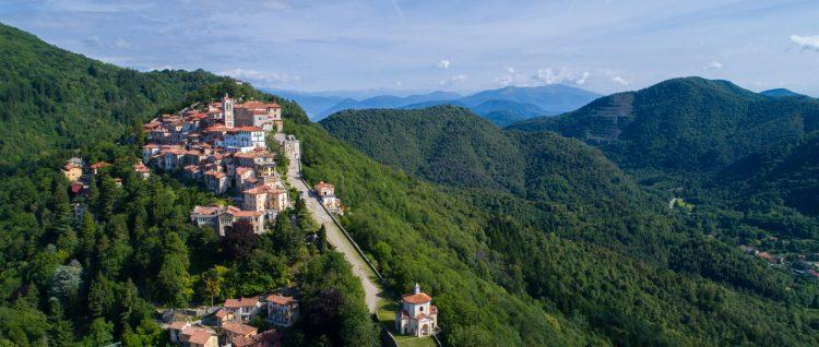 """Dal Circolo al Sacro Monte a piedi. Venerdì 2 agosto: Gabriele (""""Abitare Le Idee"""", e che idee!) promuove per il secondo anno la Camminata dell'Amicizia."""