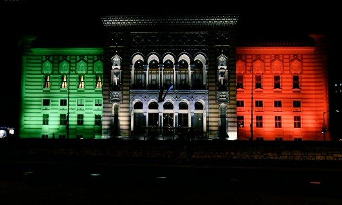 Marzo 2020, Sarajevo - La Vijecnica, la biblioteca/municipio, si tinge di verde, bianco e rosso. E' un'immagine di per sé splendida. Ancor di più se pensiamo alla sua storia